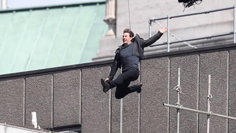 Том Круз показал момент перелома ноги на съемках шестой «Миссии»