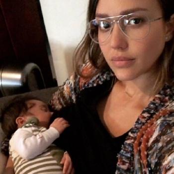 Джессику Альбу осудили за фото, на котором она кормит сына грудью
