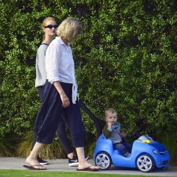Рози Хантингтон-Уайтли не смогла скрыть сына от журналистов