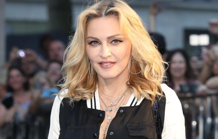 Мадонна опубликовала горячую фотографию с близкой подругой
